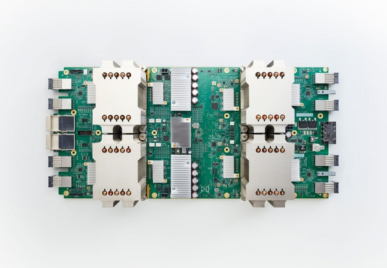 Google is developing a unique processor called TPU for the cloud that specializes in machine learning, and it is thought that Tensor was also taken from those names.