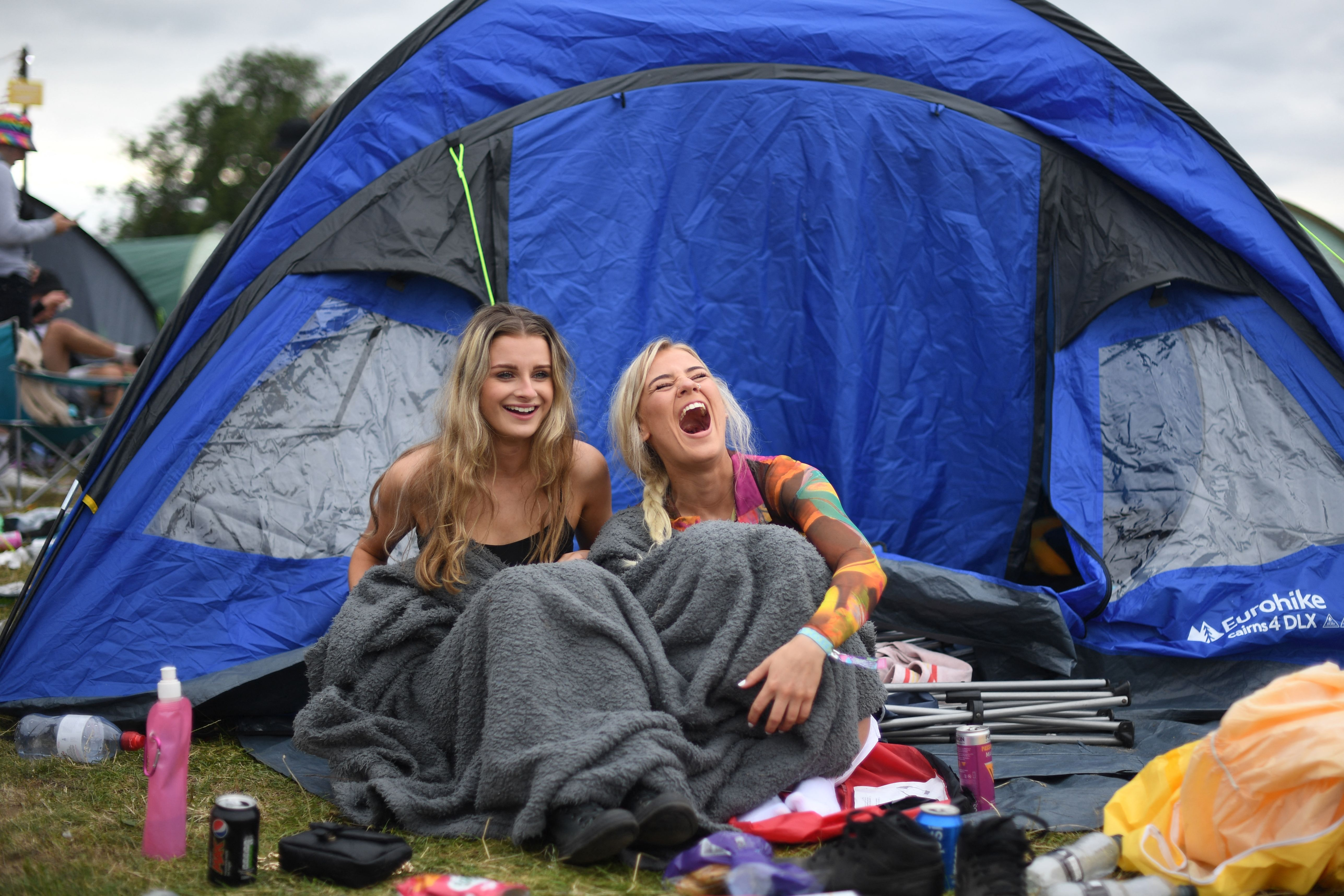 """<p>Festival-goers set up their tent as they attend Reading Festival in Reading, west of London, on August 27, 2021. - As coronavirus covid-19 infection levels rise across the country, vaccines will be offered to revellers throughout the weekend. The organiser of Reading and Leeds Festivals has said such events are arguably """"safer places to be"""" because attendees have been tested for covid-19. The festivals are returning this year with headliners including Stormzy, after being cancelled last year due to the pandemic.  - RESTRICTED TO EDITORIAL USE (Photo by DANIEL LEAL-OLIVAS / AFP) / RESTRICTED TO EDITORIAL USE (Photo by DANIEL LEAL-OLIVAS/AFP via Getty Images)</p>"""