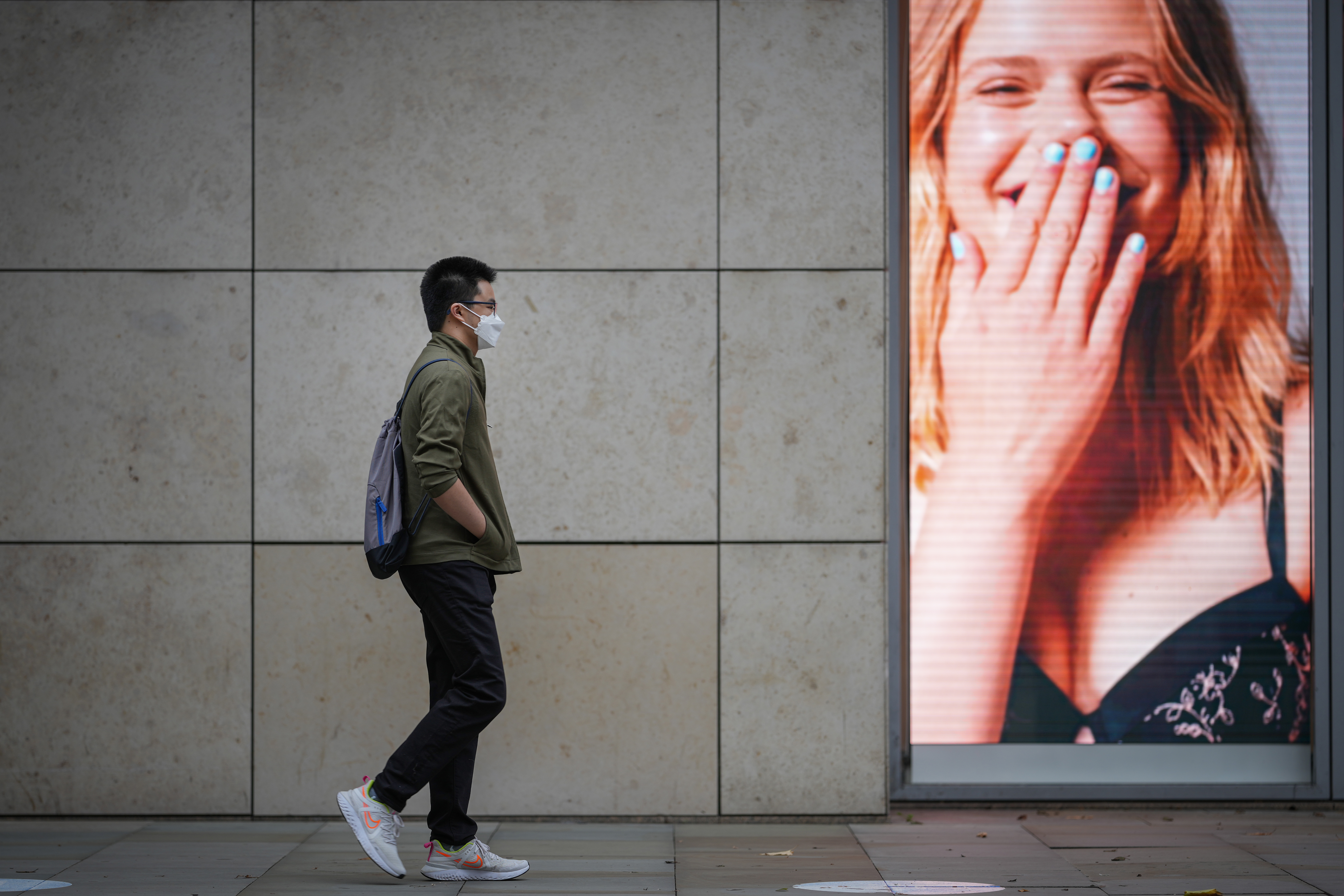<p>MANCHESTER, ENGLAND - SEPTEMBER 13: A member of the public wears a pandemic face mask ahead of the prime minister announcing the government's Covid-19 winter strategy on September 13, 2021 in Manchester, England. Tomorrow, British Prime Minister Boris Johnson will set out his plan to manage Covid-19 through the winter, including what actions would need to be taken if the NHS hospital system were at risk of being overwhelmed. (Photo by Christopher Furlong/Getty Images)</p>