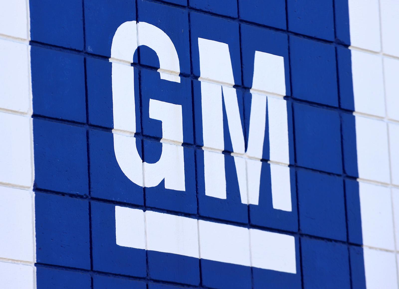 加利福尼亞州伯班克 - 8 月 4 日:通用汽車公司的標誌於 2021 年 8 月 4 日在加利福尼亞州伯班克的雪佛蘭經銷商處展示。 儘管計算機芯片短缺,通用汽車 (GM) 在第二季度仍實現了 28 億美元的淨利潤。  (馬里奧·多摩/蓋蒂圖片社攝)