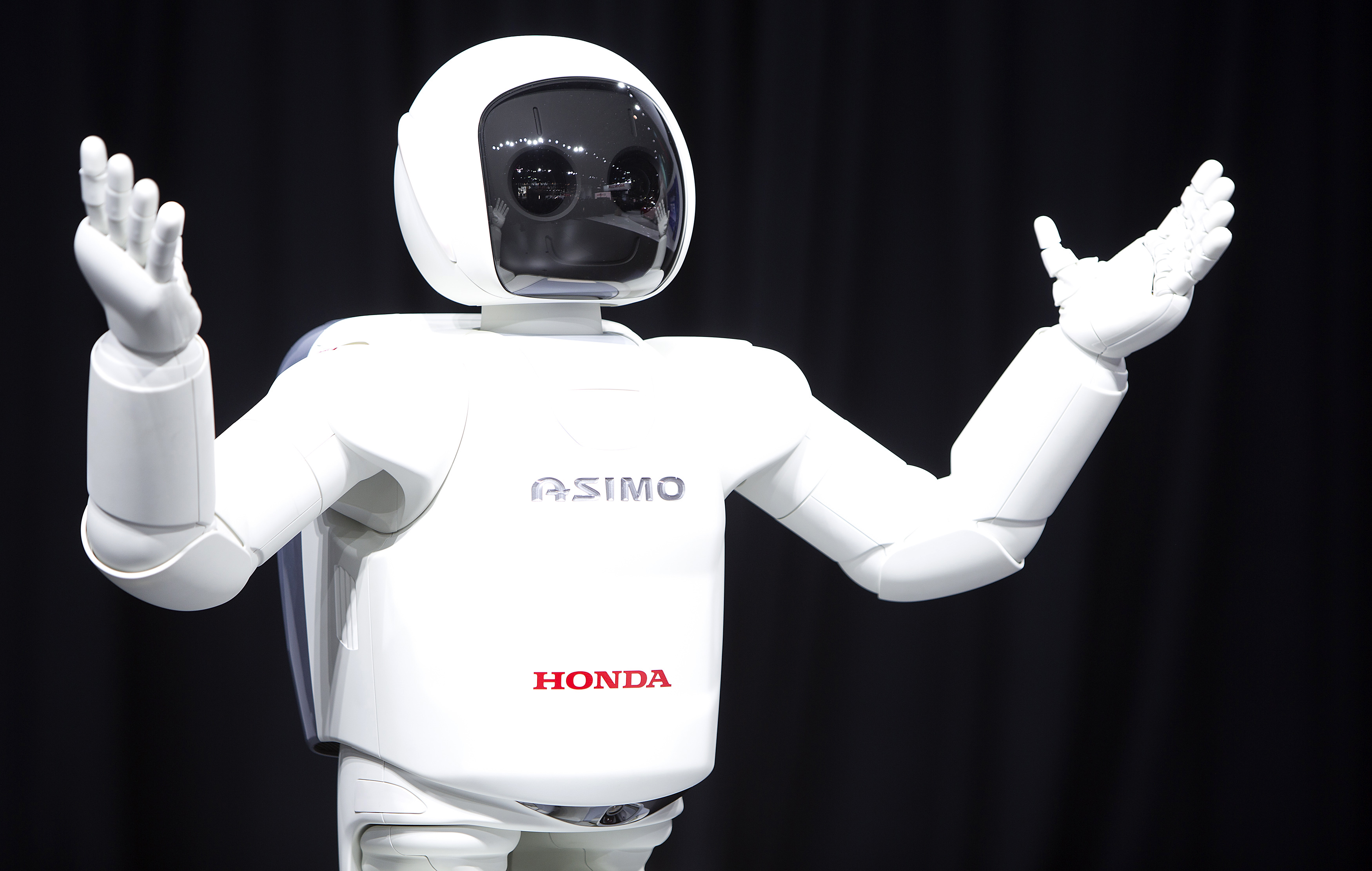 Honda Motor's Asimo robot puts on a demonstration for the media at the Jacob Javits Convention Center during the New York International Auto Show in New York April 17, 2014.  REUTERS/Carlo Allegri (UNITED STATES - Tags: TRANSPORT BUSINESS)