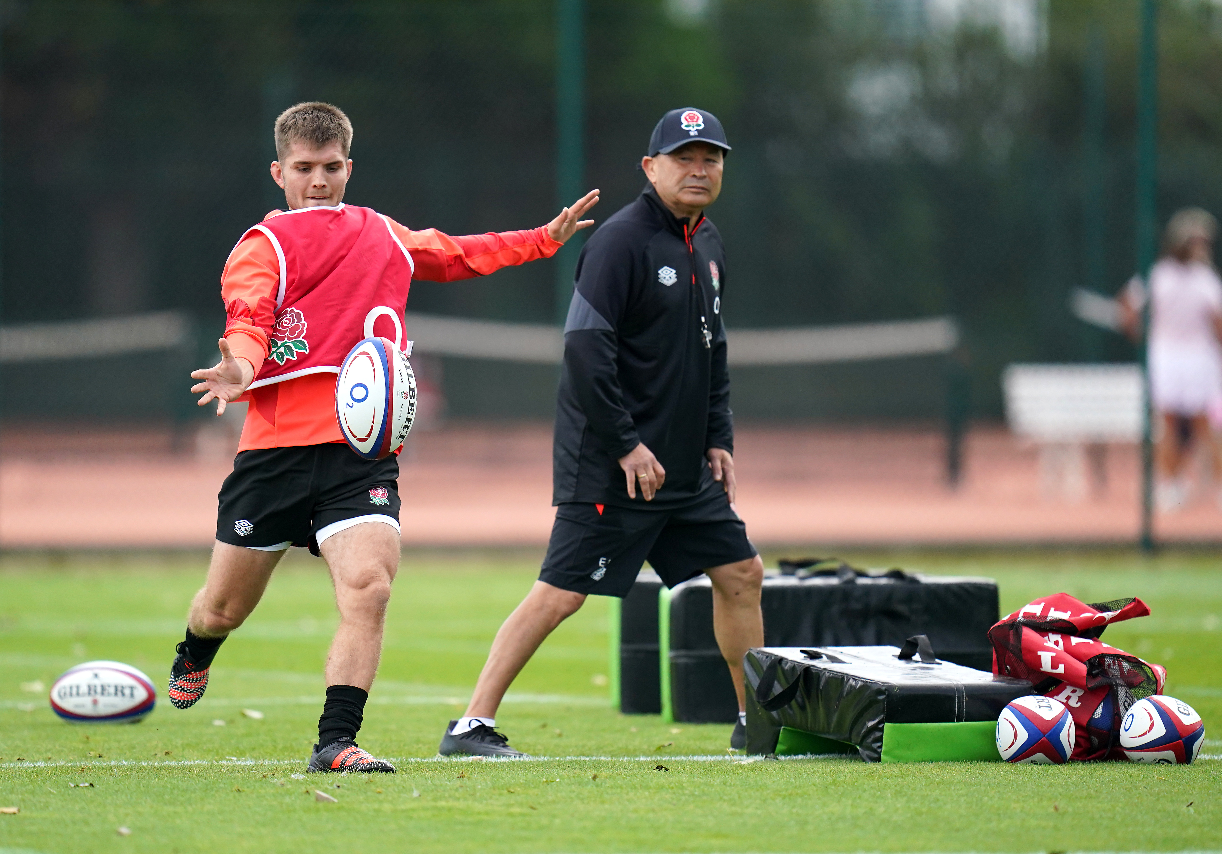 <p>England's Harry Randall (left) as head coach Eddie Jones looks on during a training session at The Lensbury, Teddington. Picture date: Tuesday September 28, 2021.</p>