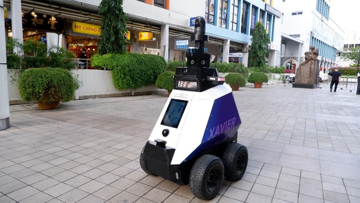 Singapur, halka açık alanlarda devriye gezmek için robotları görevlendirdi | Engadget