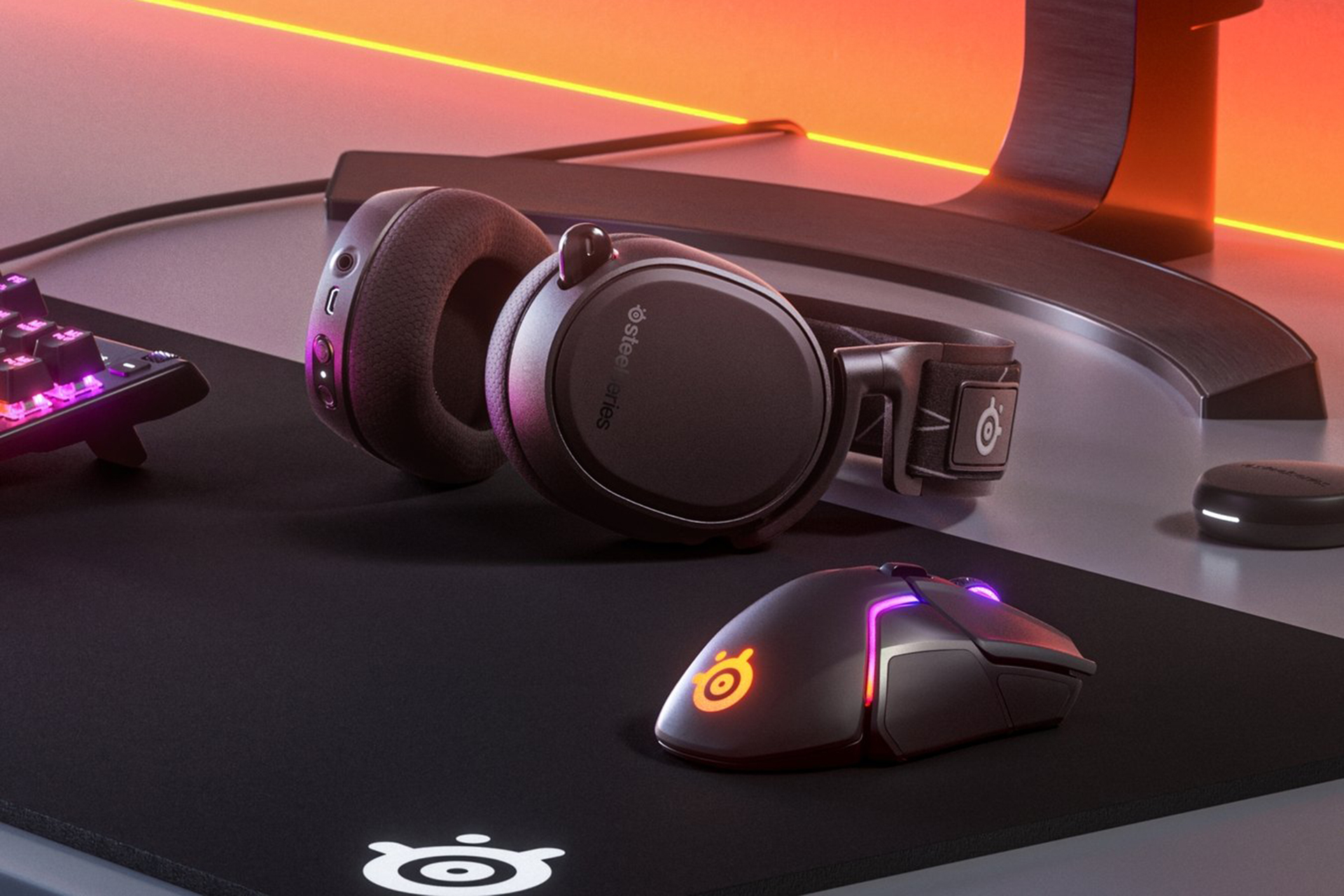 SteelSeries Arctis 9 headset with mouse and gamepad