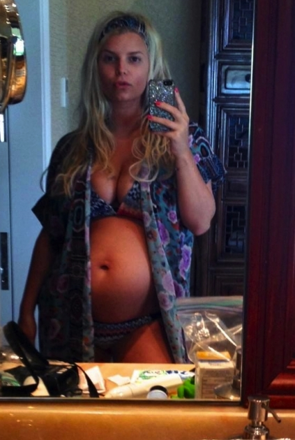 Jessica Simpson shows off her baby bump on December 30, 2012 -- Twitter