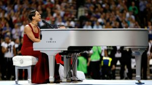 Super Bowl 2013: Alicia Keys Slows the Tempo to Perform National Anthem (Video)