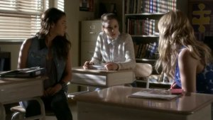 'Pretty Little Liars': Is 'A' Targeting Aria's Mom? (Video)