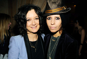 Sara Gilbert and Linda Perry | Photo Credits: Kevin Mazur/WireImage