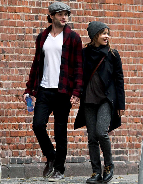 PIC: Penn Badgley, Zoe Kravitz Hold Hands