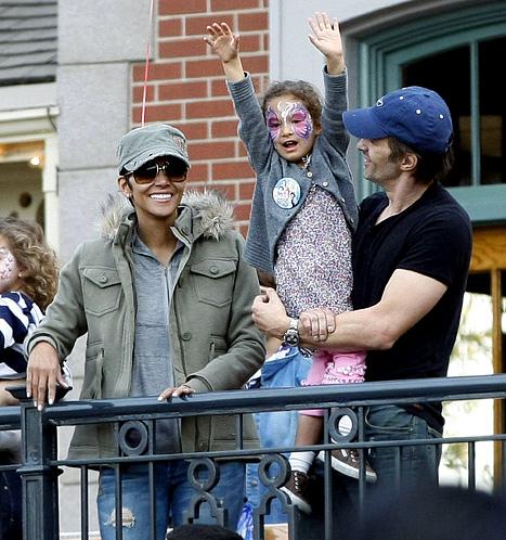 PIC: Newly Engaged Halle Berry, Olivier Martinez Take Nahla to Disneyland