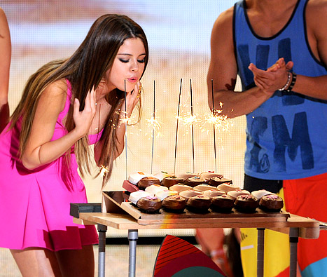 Selena Gomez Serenaded by Dozens of Celebrities on 20th Birthday