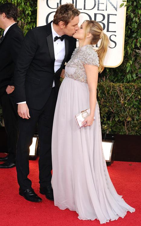 Dax Shepard Kisses Pregnant Fiancee Kristen Bell at Golden Globes