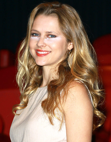 Teresa Palmer Over-Powders Her Face, Laughs Off Makeup Blunder