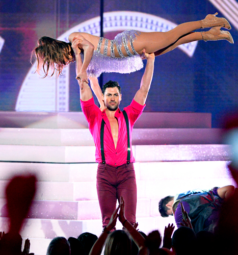 "Maksim Chmerkovskiy Lifts Jennifer Lopez Above His Head at AMAs, Calls Performance ""Stressful"""