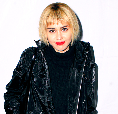 Miley Cyrus Rocks a Blonde Bob at a Christmas Music Festival: Picture