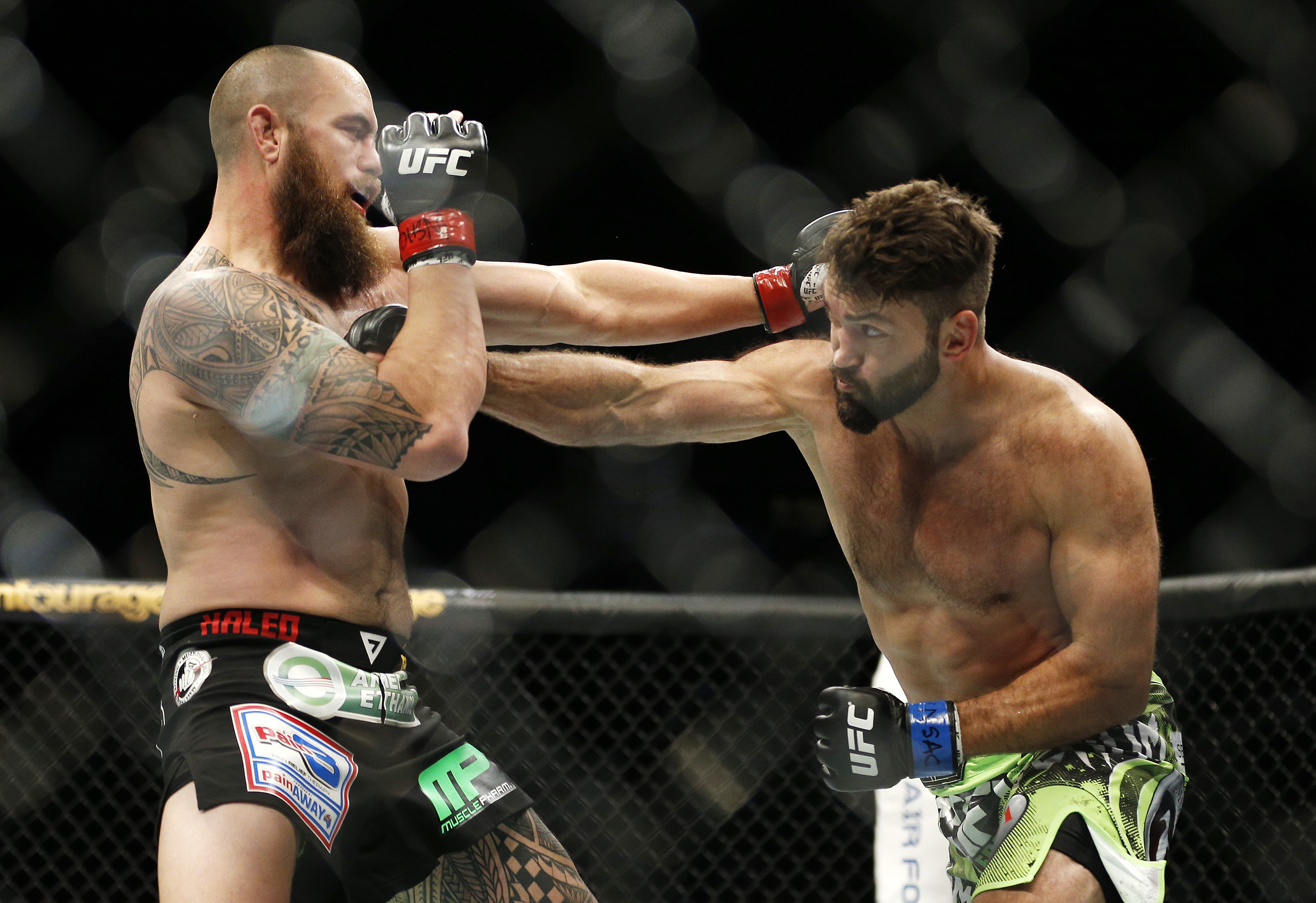 Andrei Arlovski (R) and Travis Browne trade blows during their heavyweight fight. (AP)