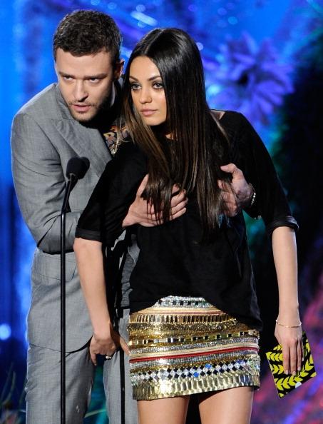 Justin Timberlake y Mila Kunis enseñan a Irina Shayk cómo