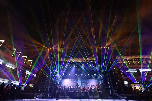 元旦開放的Dali Art藝術廣場,表演炫彩奔騰,充滿迷幻的燈光效果 (圖片來源/台中軟體園區 Dali Art藝術廣場)
