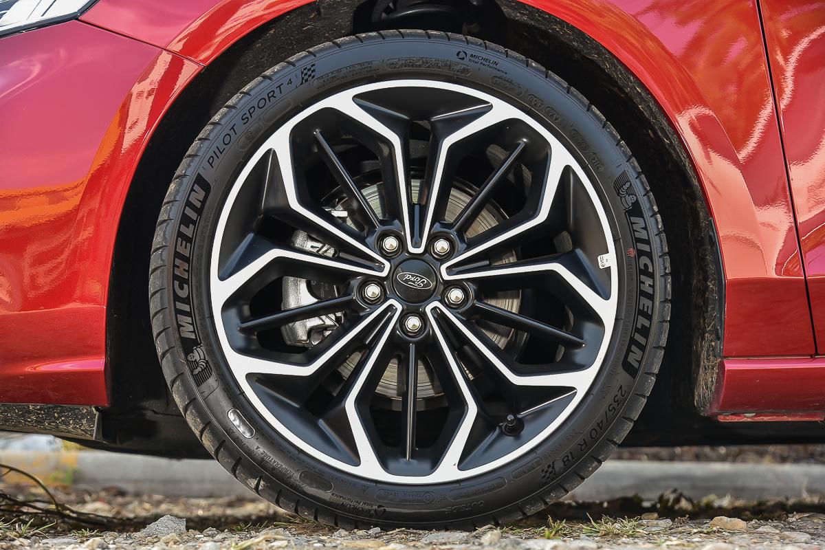 車上列為標配的18吋雙色鋁圈與PS4性能胎可說是Focus ST-Line的鎮車之寶啊!