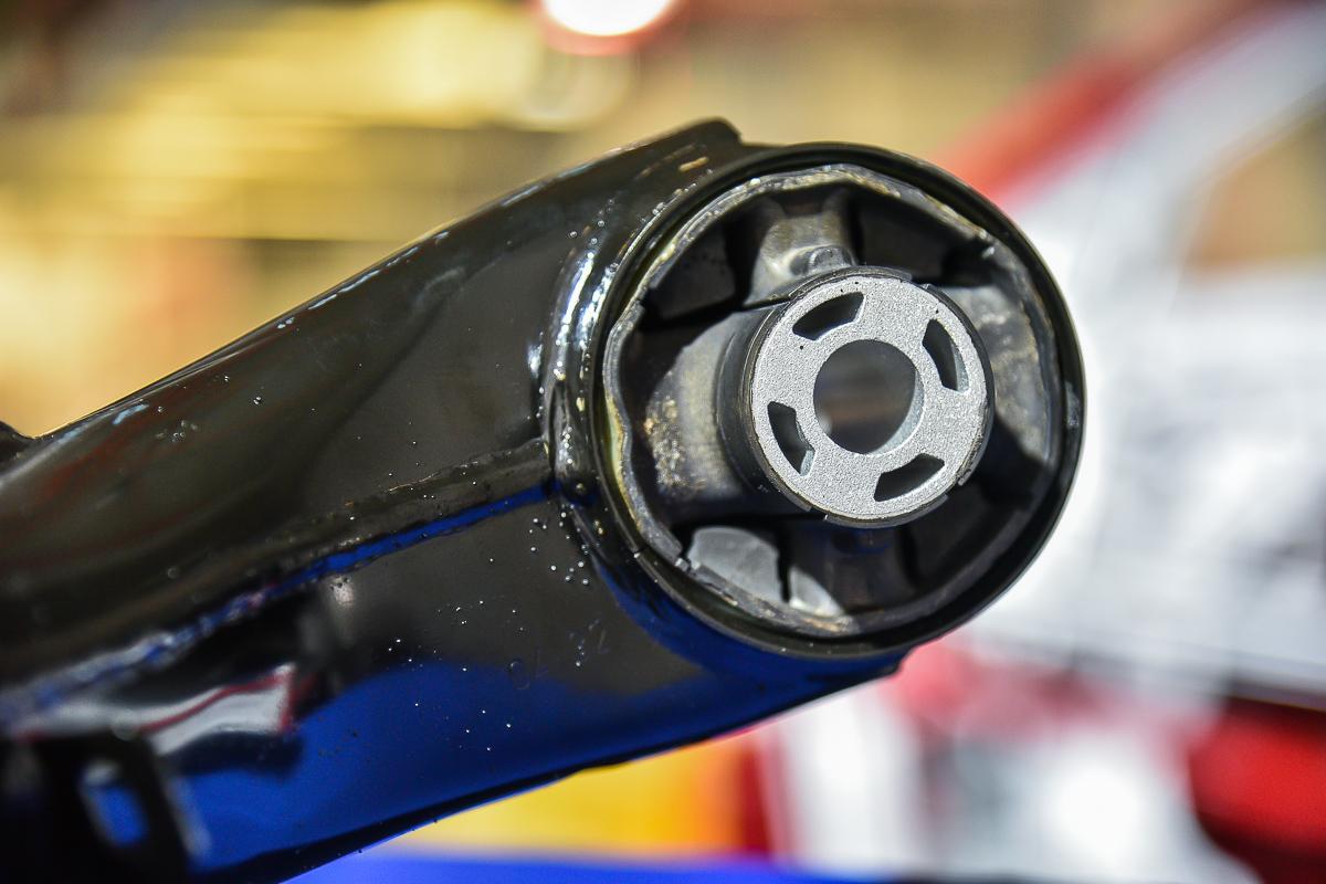 在70%採用進口件的Focus車上,Model J扭力樑與矢量彈簧皆為德國生產後進口,圖為扭力樑與底盤連接的軸承襯套,同樣經過強畫設計。