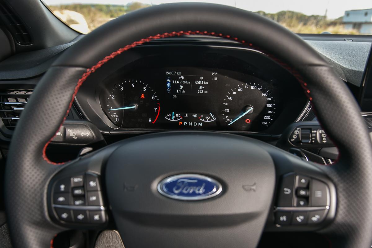 感謝福特工程師與產品決策者!讓視覺更溫潤的傳統指針儀錶以及淡藍色背光能在第四代Focus車上延續下去。