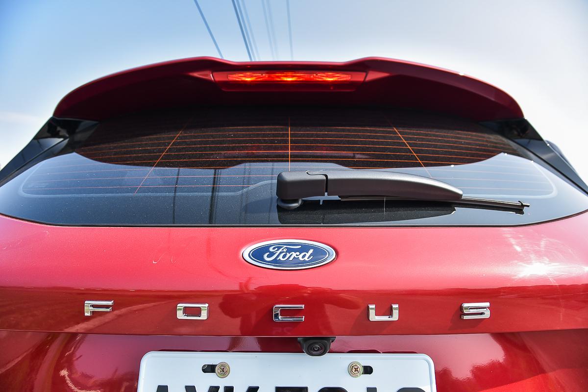 近年來許多新車不約而同的都在車尾加上鍍鉻字體,第四代Focus則是將車款名稱鍍鉻字加大字距平均鑲嵌在尾門上。