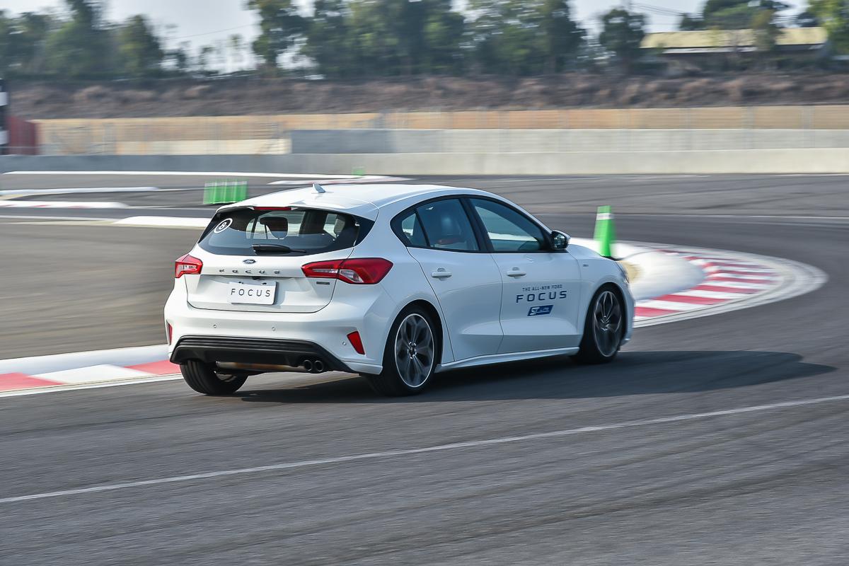 採用專利扭力樑後懸吊的Focus ST-Line在出彎時車尾能夠有個性的讓車身回正。