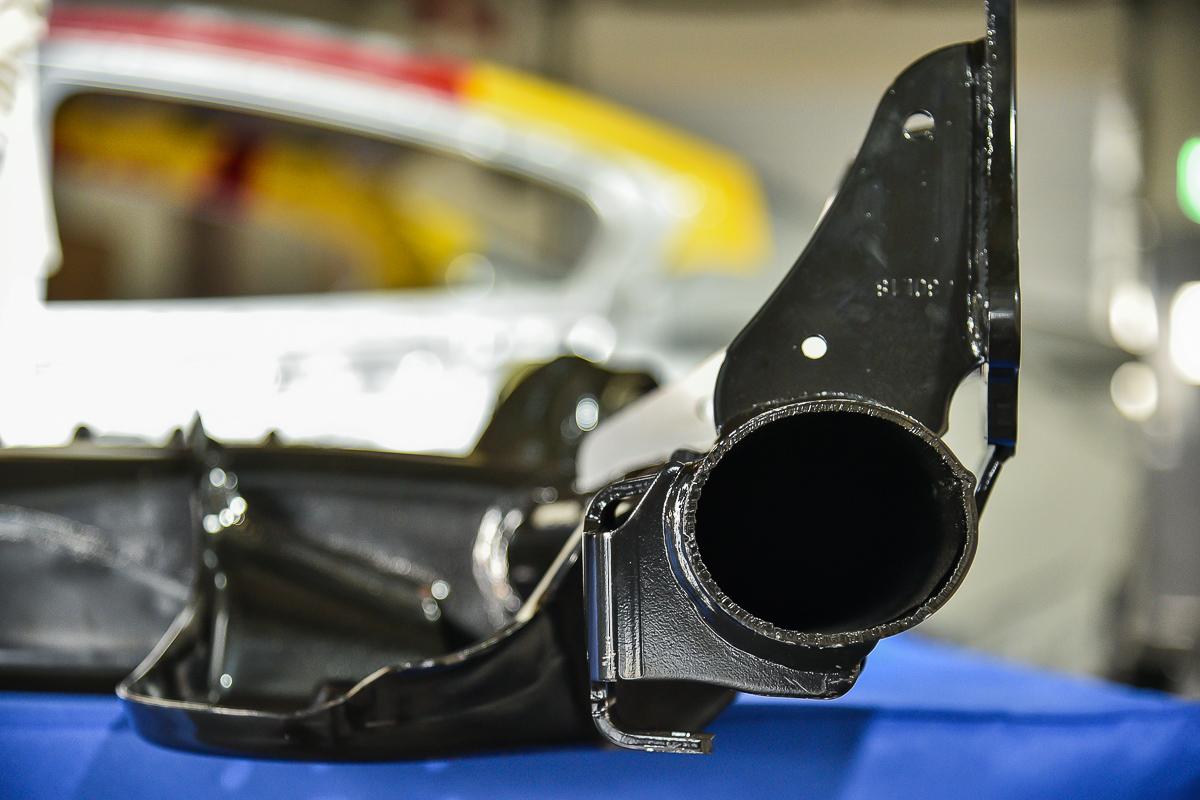 Model J扭力樑在連接後車軸的主結構則是以橢圓鋼管銲接而成。
