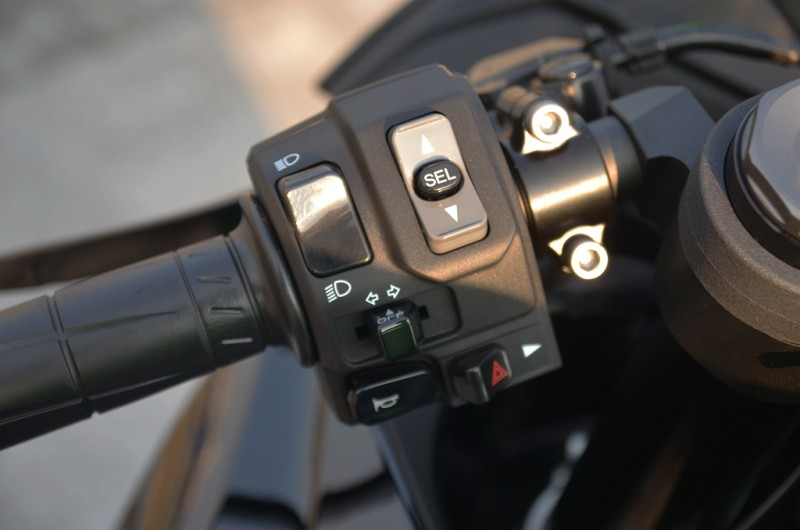 兩段動力模式&KTRC循跡控制系統、皆透過左手大拇指即可操作