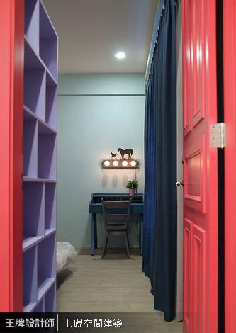 紅色門扉內,淺湖水綠主臥房營造靜謐氣息,輔以紫色隔屏櫃與寶藍色窗簾,呈現與眾不同的美感。