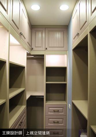 在機能為主的更衣室中,以雙色陶烤門板低調變化色系層次。