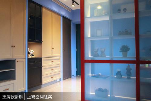 奶茶色與深咖啡色交替鋪排的色系呈現,不僅修飾櫃體,亦連貫書房與客房機能。