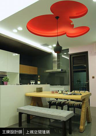 米奇造型天花呼應客廳紅色語彙,在木質溫馨的用餐氛圍裡帶有童趣氛圍。