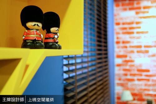 造型童趣的對話框展示櫃,可隨手擺放可愛小物,以幽默筆觸增添生活情趣。