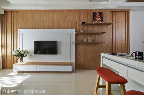 大跨距的鋼刷木皮立面,以白色線板框做為電視主牆,材質的堆襯創造立體的視覺層次,彷彿簡化的壁爐造型。