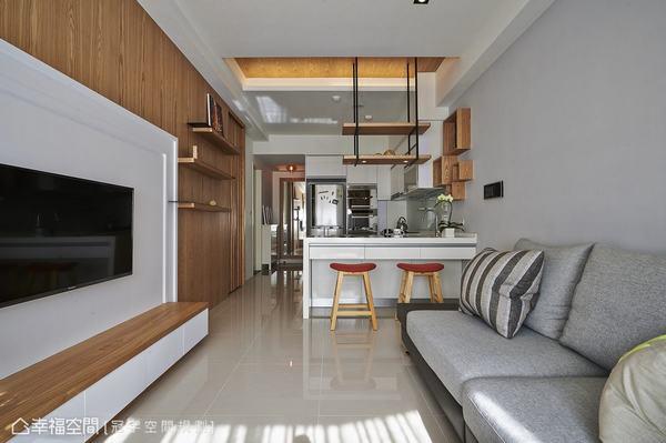 位於空間的視覺重心,餐廳的主體性透過鐵件、木質的造型做強調,木質的天花、細鐵件懸吊的展示餐櫃,在保留通透空間採光同時明確劃分段落。