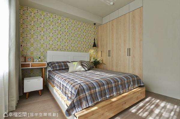 彷彿復古磁磚的壁紙紋樣,選以清新的淺綠色調襯托木質與白的家私選色,成為令人耳目一新的視覺亮點。