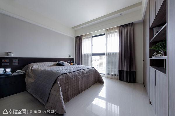 主臥室床尾處的系統衣高櫃及展示書櫃,是配合天花板基準線設計的,注重造型比例及質感。