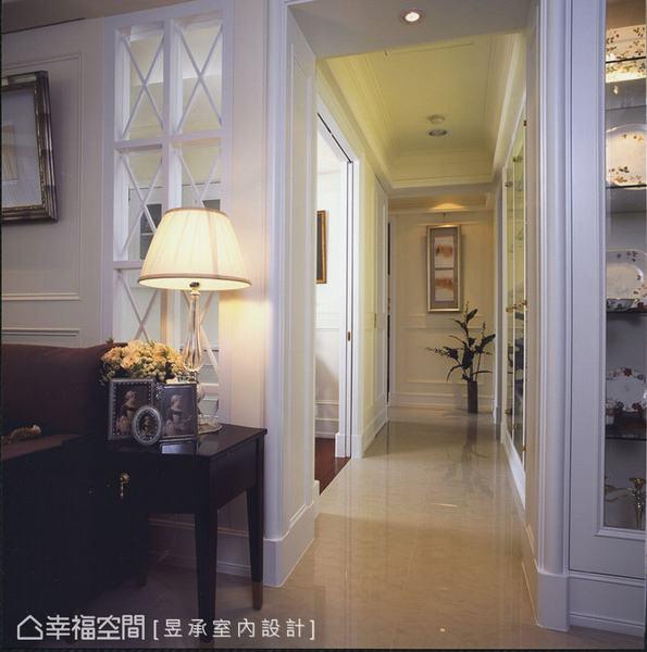 配合書房強性拉門的設計,跳脫走道的單純過渡功能,於旁側規劃一整排書櫃兼展示櫃,強化視覺畫面的豐富性與可看性。