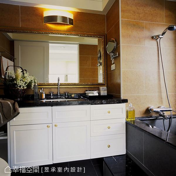主臥浴室以白色古典浴櫃加上黑金鋒大理石檯面及大面古典畫框鏡,呼應黑金鋒大理石及板岩磚鋪貼的磚砌浴缸,營造出如湯屋般的舒適與愜意。