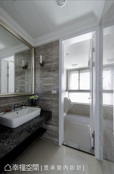 採飯店般的衛浴設計,乾區以歐洲灰木紋大理石及南非黑檯面,鋪貼出低調內斂的華麗視覺感;濕區則捨棄淋浴空間加設小便斗,以供來訪男客使用。