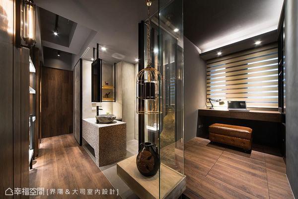 獨立拉出規劃的衛浴面盆、鏡面,以及位於場域過渡間的展示平台規劃,豐富了廊道的行進風景。