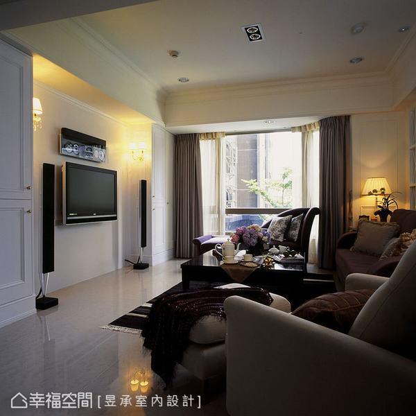 昱承室內設計將美式古典強調的對稱性,融入以簡約線條妝點的電視主牆設計,牆面兩側設計成影音收納櫃,且右側隱入壁面的一體造型,更突顯對稱的協調美感。