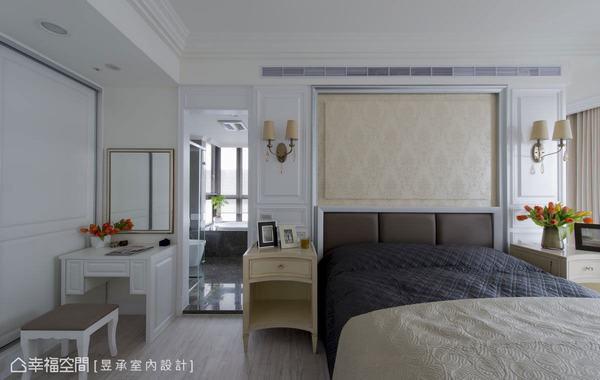 床頭主牆以古典畫框做出線條框架,並運用壁紙及繃皮展現出牆面的立體層次。