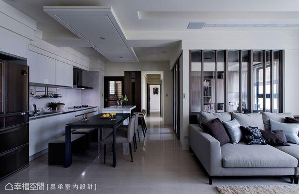 開放式的客、餐廳,利用走道及天花板設計,界定出開放空間的獨立性,不僅動線和空間更感流暢,光線與裡外畫面也因有了過渡,而顯得更豐富精緻。