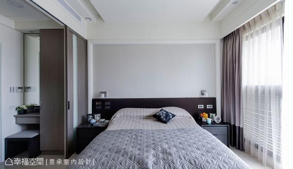 造型和諧一致的床頭背板,搭配淺灰色壁紙及與空間配色一致的窗簾設計,呈現簡潔雅致的空間樣貌。