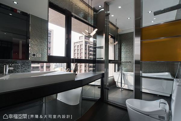 刻意將角窗的風景保留給衛浴空間,使陽光與空氣自由流通。而壁面選了類似蛇皮紋路的金屬磚,加上客製化的不規則浴櫃,在小空間呈現科技感十足的時尚感。