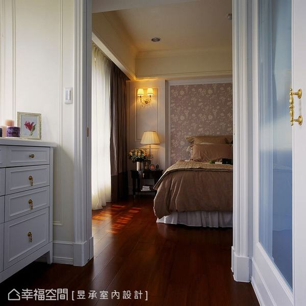 主臥床頭鋪陳壁紙、造型壁燈裝飾,散發舒適典雅的空間氣質,亦為簡約的白色古典風格增添視覺焦點。