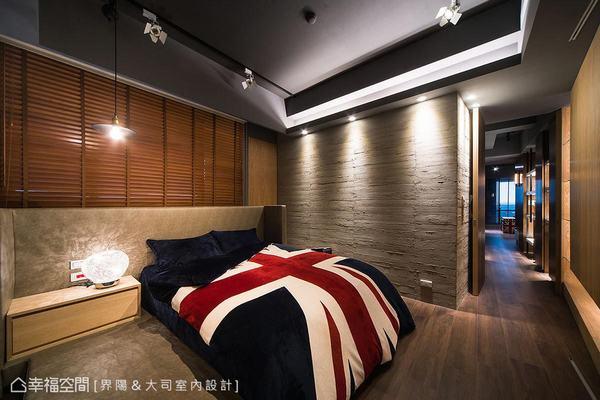 界陽&大司室內設計在皮革繃板與鋼刷木皮為主體的主臥房,客製難度極高的仿木紋板模造型牆,增添陽剛工業風格。