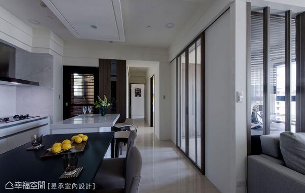 ▲不施作踢腳板是控制預算好方法,通常建議您家地板是選用木地板時考慮。這一戶屋主是因為喜歡空間看起來清爽乾淨,即使是拋光磚地板一樣不施作踢腳板。